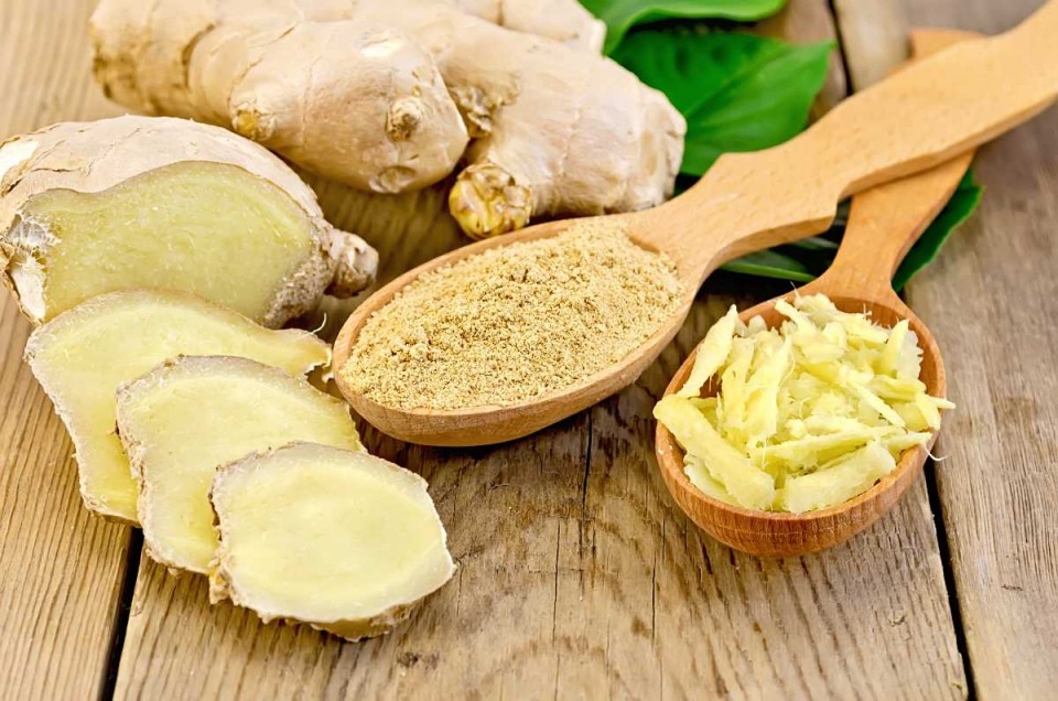 Ginger powder and grated in the spoon with the root and leaves